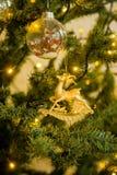 Decoración de la Navidad en un árbol de navidad Juguetes del ` s del Año Nuevo Bueno Imagen de archivo libre de regalías