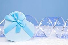 Decoración de la Navidad en un fondo azul con el copyspace para el tex Fotografía de archivo libre de regalías