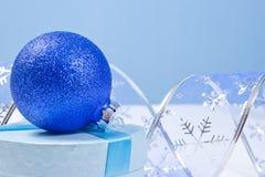 Decoración de la Navidad en un fondo azul con el copyspace para el tex Fotografía de archivo