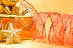 Decoración de la Navidad en un fondo de oro con el copyspace para t Fotografía de archivo libre de regalías