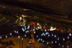 decoración de la Navidad en un mercado de Navidad del advenimiento en ciudad histórica Fotos de archivo libres de regalías