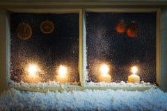 Decoración de la Navidad en una ventana Imagen de archivo