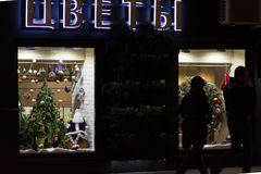 Decoración de la Navidad en una ventana de la tienda Muñeca de Papá Noel, árbol de navidad, calcetín, guirnalda del día de fiesta Fotos de archivo