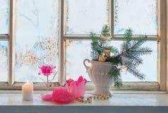 Decoración de la Navidad en ventana Foto de archivo libre de regalías
