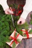 Decoración de la Navidad Envoltorio para regalos y regalo de Navidad del adornamiento, cajas en papel del arte con la cinta del r Fotografía de archivo