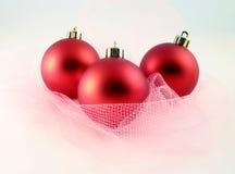 Decoración de la Navidad - esferas rojas con red Imagenes de archivo