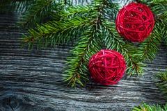 Decoración de la Navidad de las ramas de árbol de pino en el tablero de madera fotografía de archivo