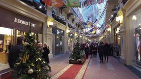 Decoración de la Navidad de los grandes almacenes de la GOMA en Moscú, Rusia metrajes