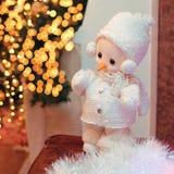 Decoración de la Navidad, muñeco de nieve miniatura sobre boke borroso brillante Fotografía de archivo