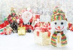 Decoración de la Navidad o Año Nuevo con Santa Claus y el muñeco de nieve encendido Fotos de archivo