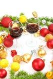 Decoración de la Navidad o del Año Nuevo con el pino o abeto y orname rojo Imagen de archivo