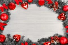 Decoración de la Navidad o del Año Nuevo con el pino o abeto y orname rojo Imágenes de archivo libres de regalías