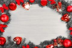 Decoración de la Navidad o del Año Nuevo con el pino y las bolas Imagen de archivo libre de regalías