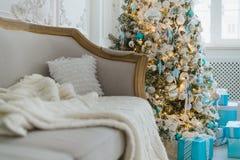 Decoración de la Navidad o del Año Nuevo en el interior de la sala de estar y el concepto casero de la decoración del día de fies Imagenes de archivo
