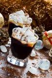 Decoración de la Navidad o del Año Nuevo y café sólo en pequeños vidrios con el azúcar de las melcochas, del canela y de formació Foto de archivo libre de regalías