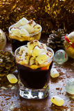 Decoración de la Navidad o del Año Nuevo y café sólo en pequeños vidrios con el azúcar de las melcochas, del canela y de formació Foto de archivo