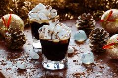 Decoración de la Navidad o del Año Nuevo y café sólo en pequeños vidrios con el azúcar de las melcochas, del canela y de formació Imagen de archivo libre de regalías