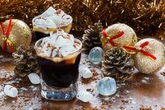 Decoración de la Navidad o del Año Nuevo y café sólo en pequeños vidrios con el azúcar de las melcochas, del canela y de formació Imágenes de archivo libres de regalías
