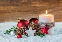 Decoración de la Navidad o del advenimiento con la vela y la nieve Imagen de archivo libre de regalías