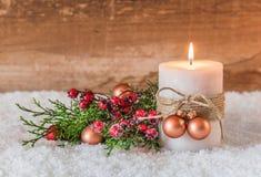 Decoración de la Navidad o del advenimiento con la vela y la nieve Foto de archivo
