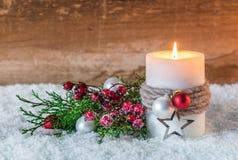 Decoración de la Navidad o del advenimiento con la vela y la nieve Foto de archivo libre de regalías