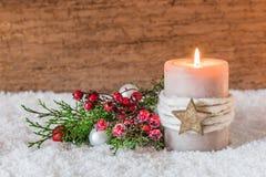 Decoración de la Navidad o del advenimiento con la vela y la nieve Fotografía de archivo libre de regalías