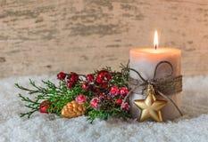 Decoración de la Navidad o del advenimiento con la vela y la nieve Imagenes de archivo