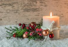 Decoración de la Navidad o del advenimiento con la vela y la nieve Fotos de archivo libres de regalías
