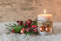 Decoración de la Navidad o del advenimiento con la vela y la nieve Fotos de archivo