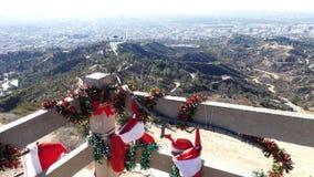 Decoración de la Navidad, opinión aérea Griffith Observatory y paisaje urbano de hollywood almacen de metraje de vídeo