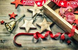 Decoración de la Navidad, ornamentos y campana de oro Foto de archivo