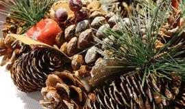 Decoración de la Navidad para adornar las piezas centrales con el cono del pino Imágenes de archivo libres de regalías