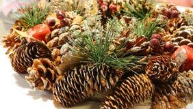 Decoración de la Navidad para adornar las piezas centrales con el cono del pino Fotografía de archivo