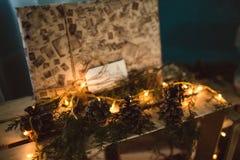 Decoración de la Navidad presente en luces Imagenes de archivo