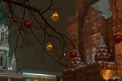 Decoración de la Navidad que celebra Año Nuevo en el globo de Moscú, de oro y rojo en rama, en el fondo del edificio Foto de archivo libre de regalías
