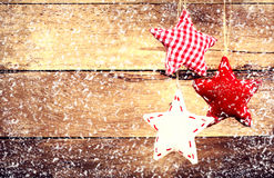 Decoración de la Navidad que cuelga sobre fondo de madera rústico. Vint Imagen de archivo