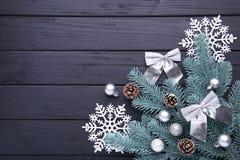 Decoración de la Navidad Rama del abeto con el copo de nieve en un fondo negro foto de archivo libre de regalías