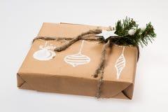 Decoración de la Navidad Regalo en un rectángulo empaquetado en una envoltura Imagen de archivo