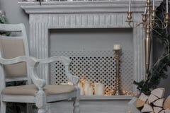 Decoración de la Navidad - sitio con la silla, la chimenea y el árbol de navidad hermosos Fotos de archivo libres de regalías