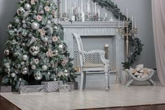 Decoración de la Navidad - sitio con la silla, la chimenea y el árbol de navidad hermosos Fotografía de archivo