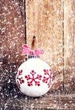 Decoración de la Navidad sobre fondo de madera con los copos de nieve. Vin Fotografía de archivo