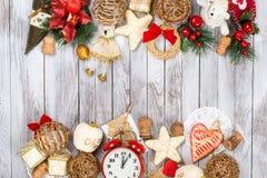 Decoración de la Navidad sobre fondo de madera Concepto de las vacaciones de invierno Espacio para el texto Fotos de archivo