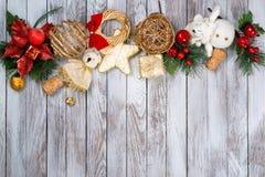 Decoración de la Navidad sobre fondo de madera Concepto de las vacaciones de invierno Espacio para el texto Fotografía de archivo