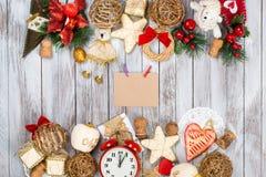 Decoración de la Navidad sobre fondo de madera Concepto de las vacaciones de invierno Espacio para el texto Fotografía de archivo libre de regalías