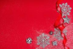 Decoración de la Navidad sobre fondo rojo Fotos de archivo libres de regalías
