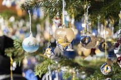 Decoración de la Navidad de Variouse al aire libre en un árbol del mercado de la Navidad imágenes de archivo libres de regalías