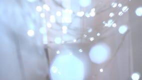 Decoración de la Navidad Vela ardiente en fondo de las luces del centelleo almacen de video
