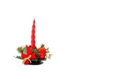 Decoración de la Navidad, vela roja en el fondo blanco Imagen de archivo libre de regalías