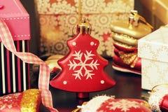 Decoración de la Navidad y caja de regalo Foto de archivo libre de regalías