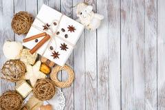 Decoración de la Navidad y caja de regalo sobre fondo de madera Concepto de las vacaciones de invierno Espacio para el texto Imagenes de archivo